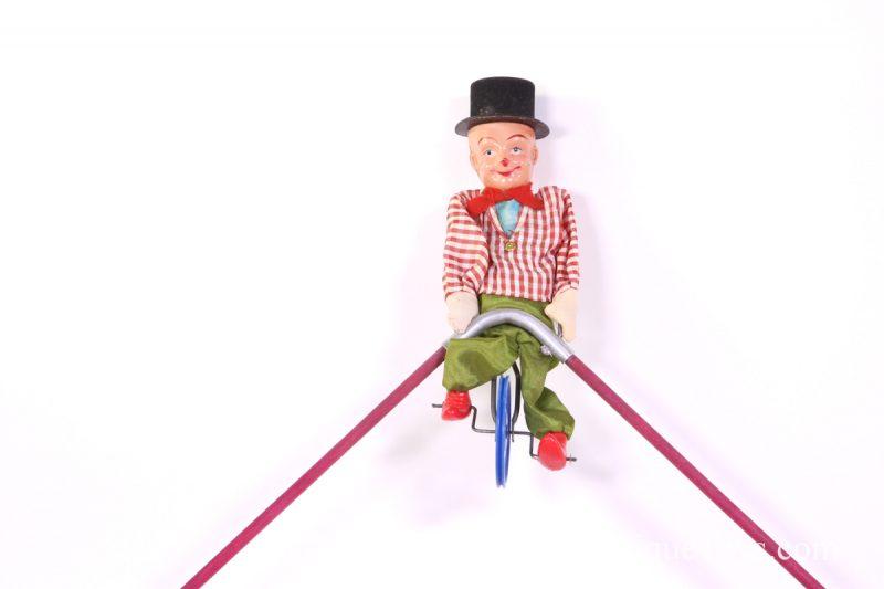 Clown-toy-balancing